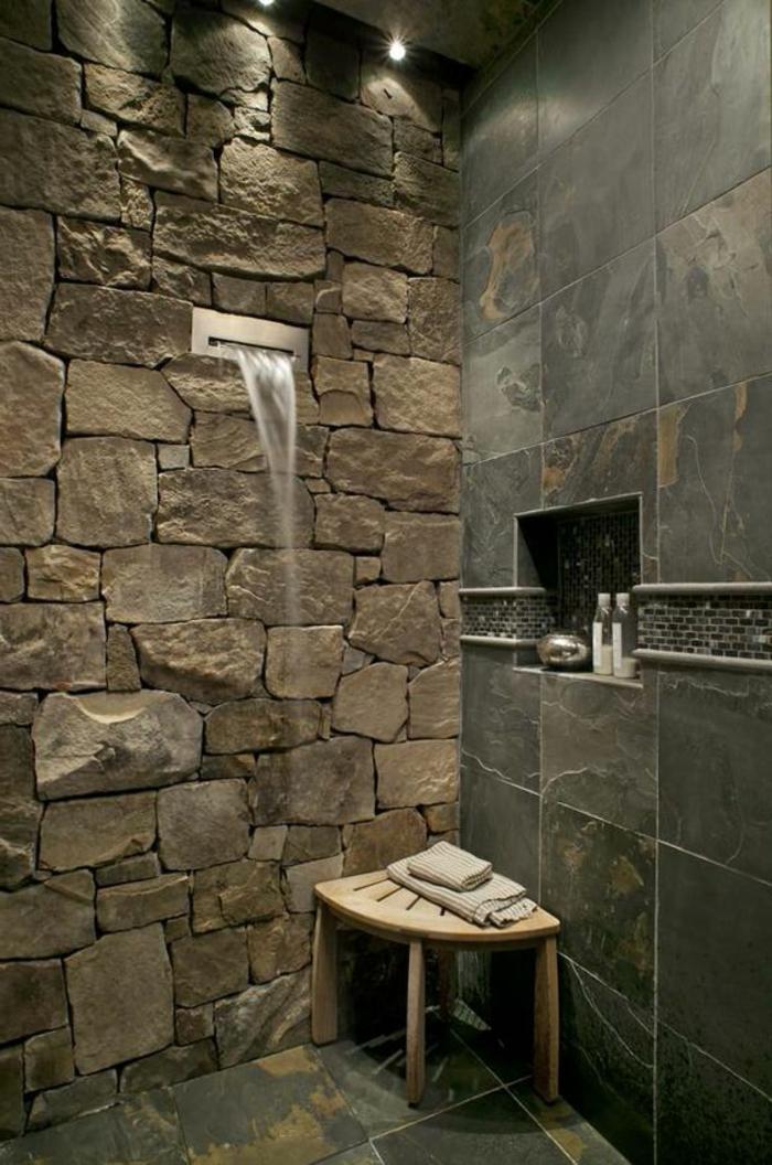 idee salle de bain, douche cascade dans un mur en pierre, tabouret, niche de rangement