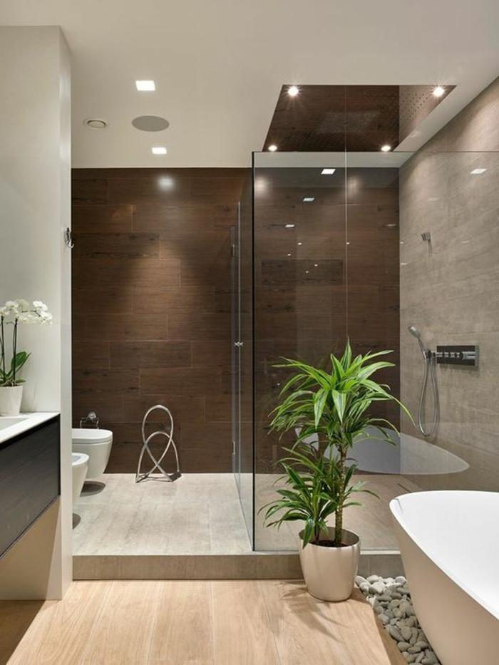 idee salle de bain, baignoire blanche ovale, galets décoratifs, plante verte, carrelage imitation bois