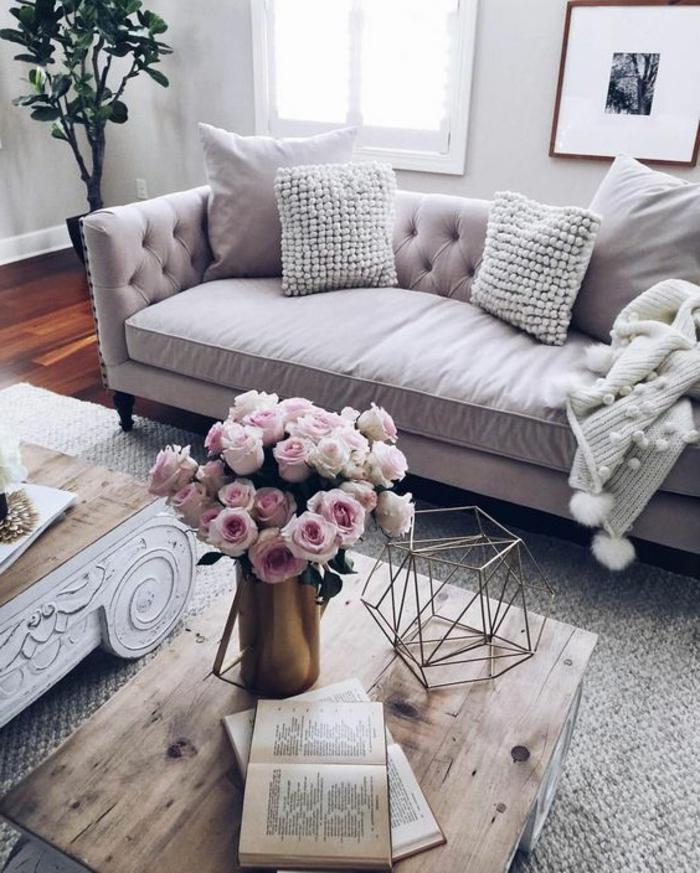 idee salon gris et bois, ambiance neutre et bouquet de roses, coussins déco, bois vert