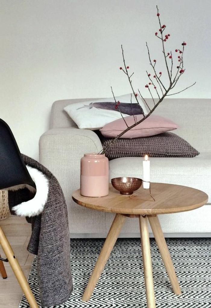 idee salon, table rustique sur trois pieds, sofa moderne, tapis en noir et blanc