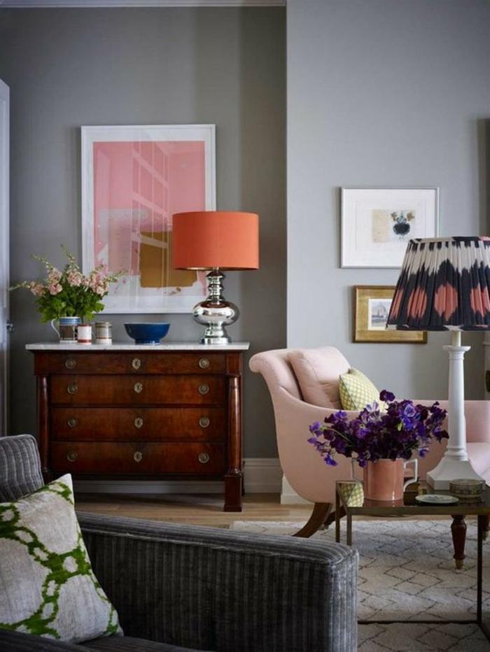 idee salon, commode ancienne en bois, lampe orange, tableau rose, mur gris