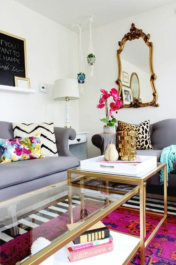 idee salon, tapis superposés, tables en verre et métal, miroir baroque, lampe blanche
