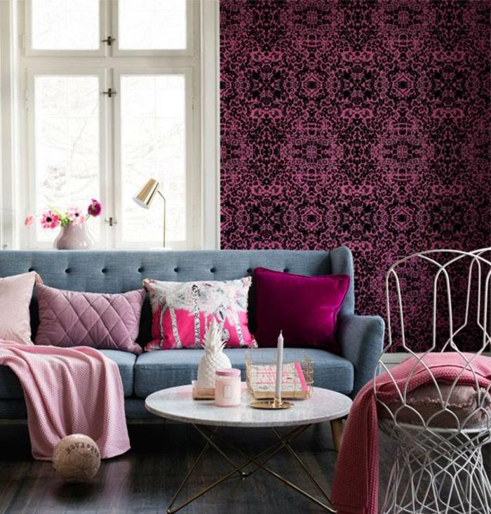 idee salon, papier peint baroque, sofa bleu, plaid rose et coussins déco, sofa gris capitonné