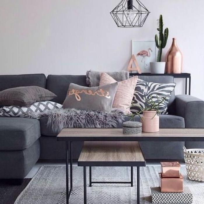 idee salon, tables gigognes en bois et fer, tapis gris, coussins déco, lampe cage