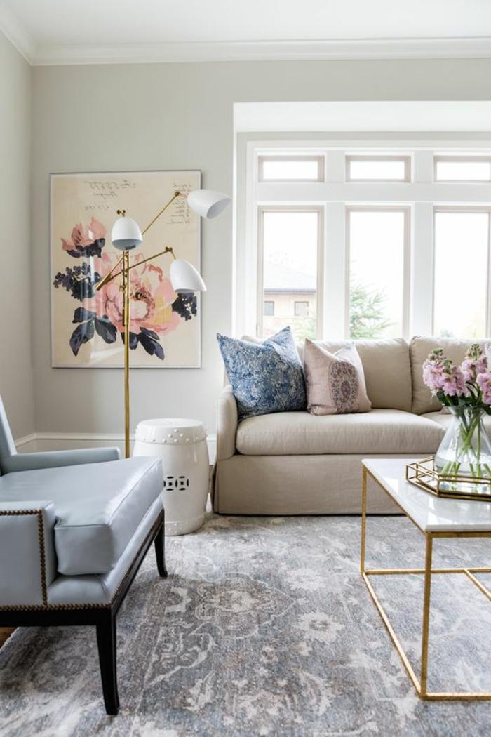 idee salon, tapis gris clair, sofa vintage en bleu clair, lampe avec trois abat-jours
