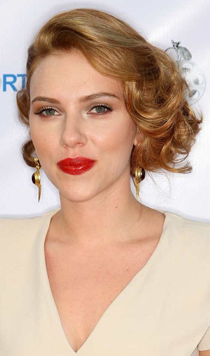 scarlett johansson coiffure retro boucles pin up