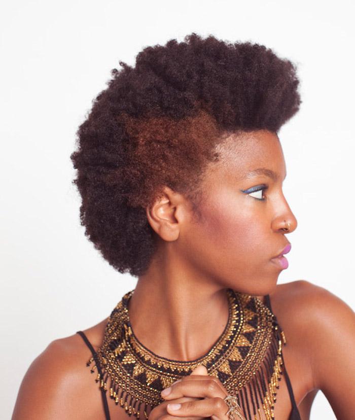cheveux afro court coiffure femme noire en brosse coloration