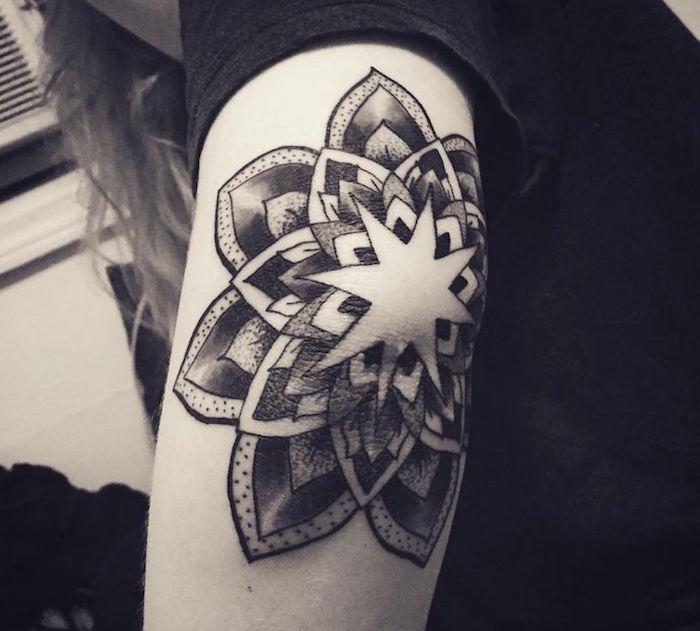 tattoo coude fleur lotus mandala tatouage bras femme
