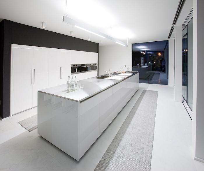 decoration interieur, cuisine blanche avec mur peint en noir, ustensiles high-tech dans la cuisine