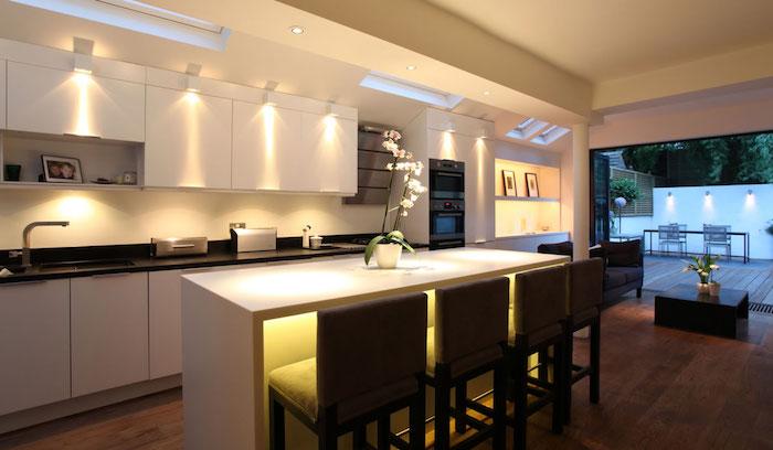 meuble bas, plafond blanc avec éclairage led, cadre photo famille sur étagère blanche, éclairage sous meubles