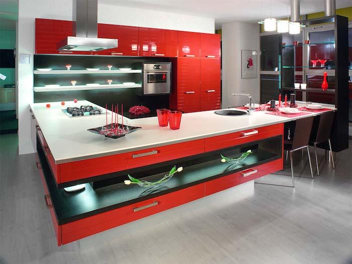 cuisine équipée, meubles rouges avec poignées métalliques, ilot de cuisine d'angle