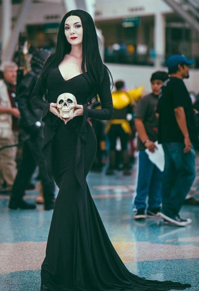 Morticia famille addams morticia & gomez amour photo couple robe longue cheveux longs noires peau blanche rouge à lèvre rouge