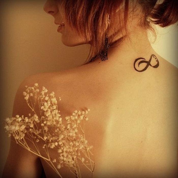 symbole amour eternel tatouage dans la nuque femme
