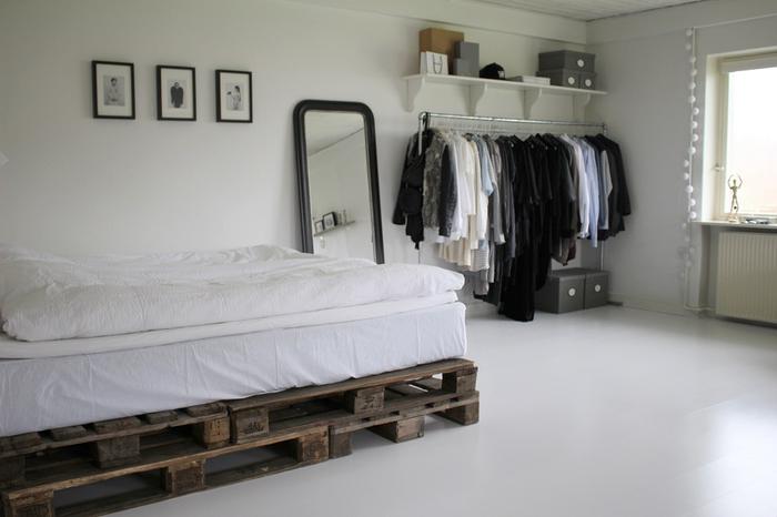 une chambre à coucher minimaliste en blanc avec une touche de noir, un sommier en palette diy facile à fabriquer