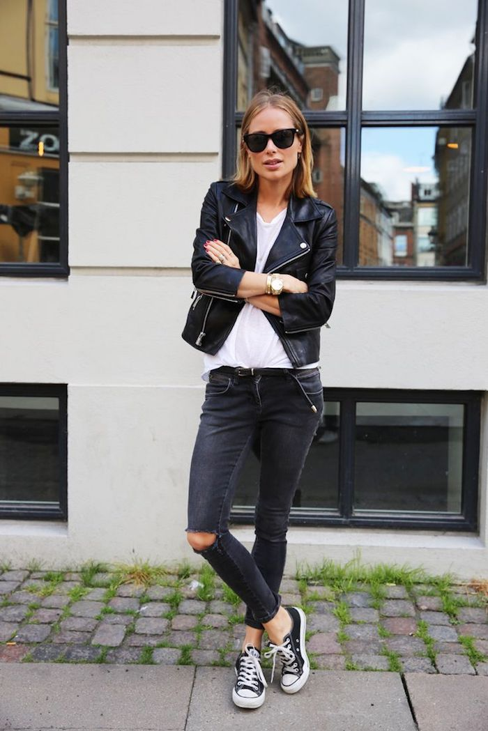 vetement femme fashion, baskets en toile blanc et noir avec paire de jeans noirs troués sur les genoux