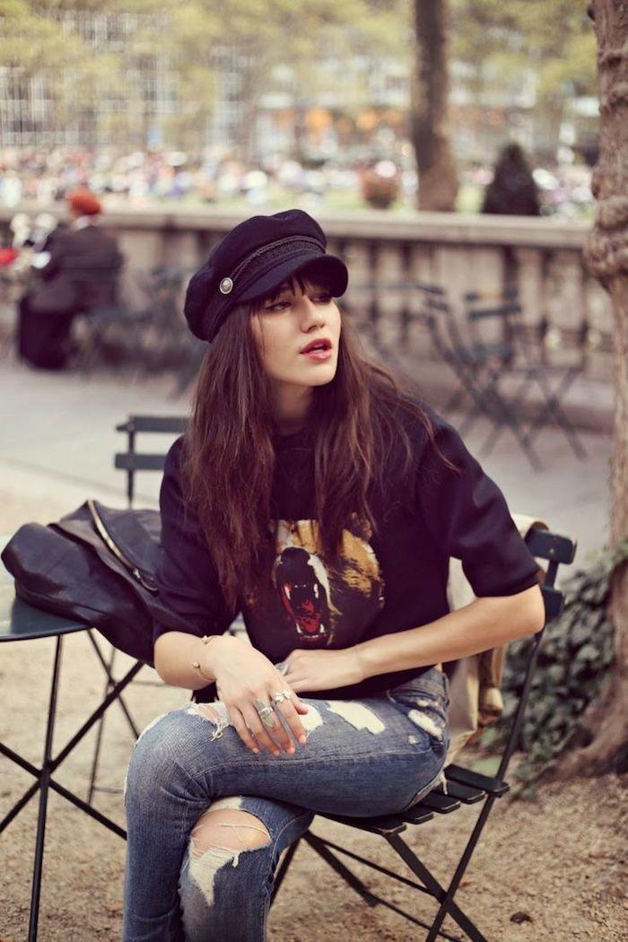 tendance fashion, coupe de cheveux longs en marron avec frange, bagues en argent et bracelet en or, sweat-shirt noir avec imprimé ours