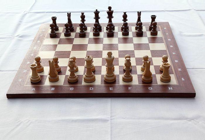 idée de jeu d'échec classique en jaune et marron, idée cadeau grand père anniversaire, fete des papi