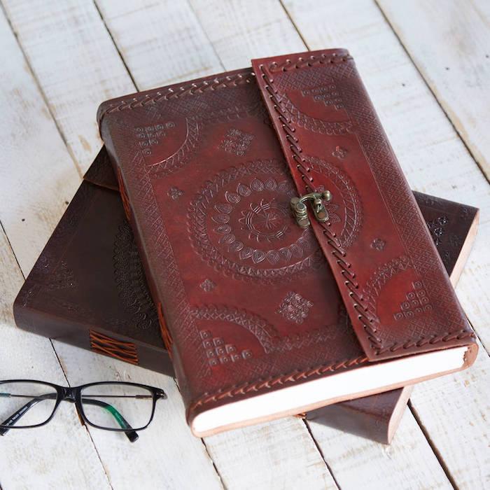fête des grands pères cadeau à offrir, journal personnalisé avec couverture en cuir marron vintage