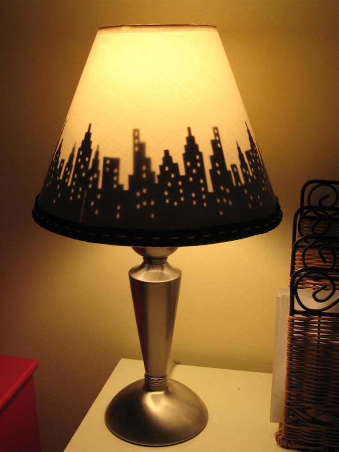 bricolage facile, lampe jaune à design citylights avec pied métallique, table de chevet en bois peint en rouge