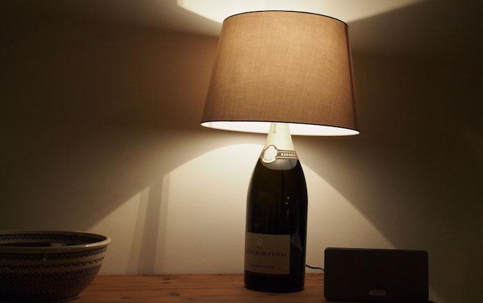 idée pour une déco fait maison, lampe de chevet avec bouteille de vin, table de chevet en bois