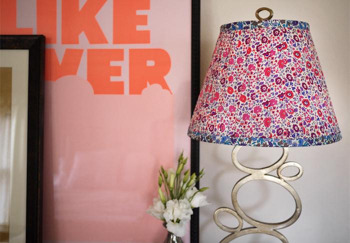 déco chambre d'enfant, cadre photo noir, bouquet de fleurs blanches, lampe habillée en tissu florale