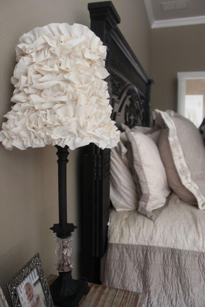 déco chambre à coucher, tête de lit en bois peint en noir avec motifs volutes, couverture de lit en blanc et taupe