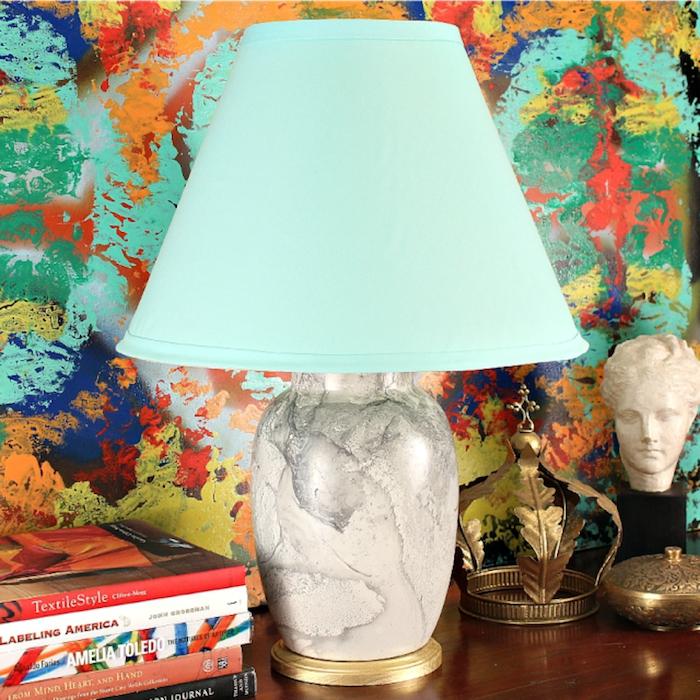 idée déco chambre, lampe turquoise avec corps à motif marbre et or, collection de livres