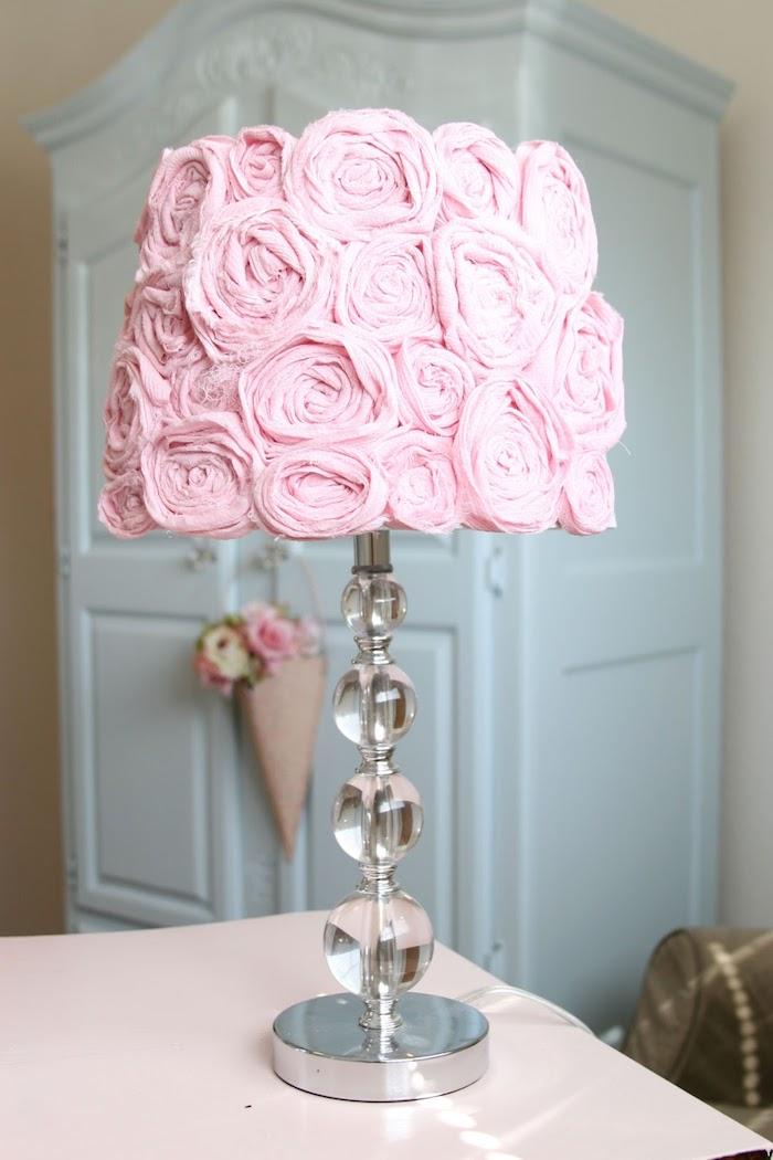 déco chambre fille en style vintage, lampe de chevet avec pied en cristaux et déco en roses
