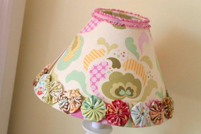 déco chambre d'enfant, projet diy en couleurs, lampe de chevet en tissu multicolore et motifs floraux