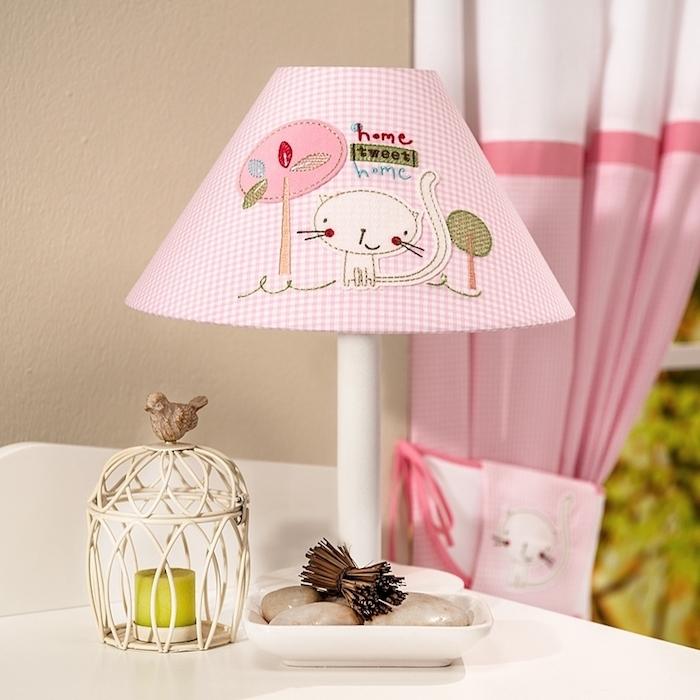 activité créative, déco chambre d'enfant, lampe de chevet en tissu kitty, rideaux longs en blanc et rose