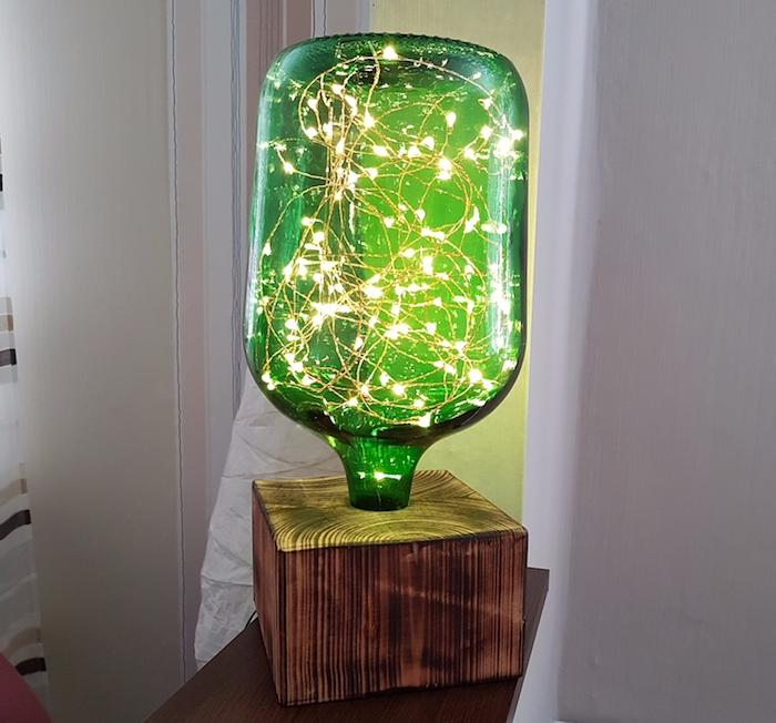bricolage facile, lampe de chevet fabriquée de bocal en verre vert et guirlande lumineuse