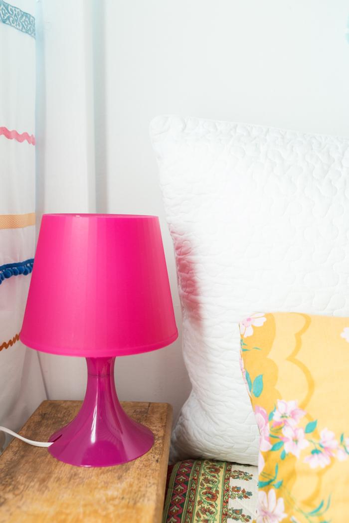 déco de chambre à coucher, murs peints en blancs, coussin jaune à motifs fleurs rose