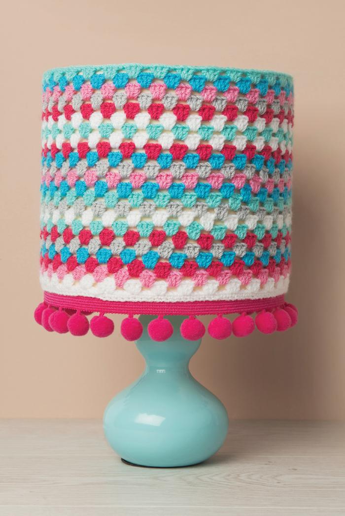 diy projet en crochet, corps de lampe turquoise habillée en crochet multicolore