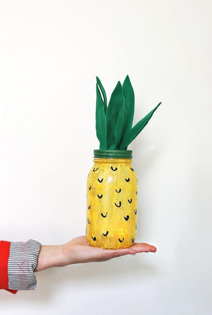 activité créative, pot en verre peint en jaune, lampe en forme d'ananas, projet diy facile