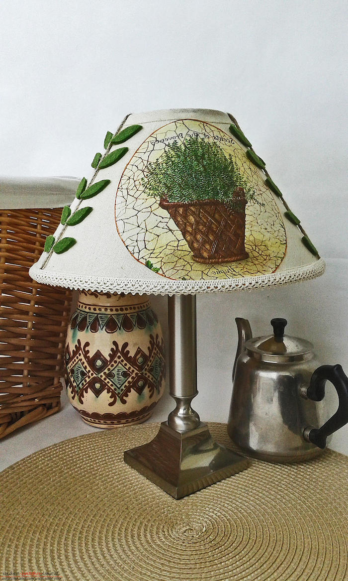 déco de chambre en style campagne, lampe de chevet diy avec déco à motifs herbes vertes