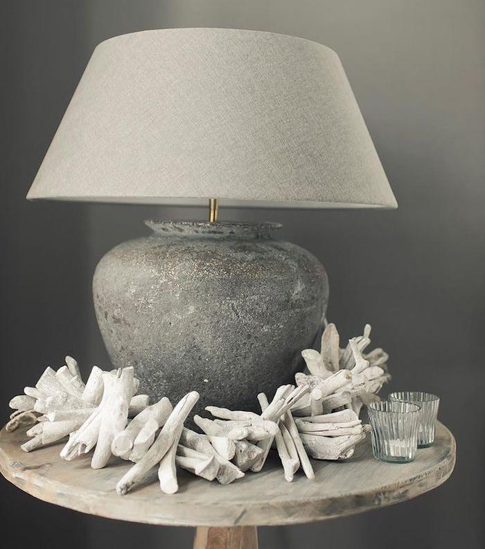 diy projet lampe de chevet, petite table ronde en bois, déco en gris, lampe en béton