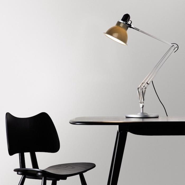 optimiser ses performances intellectuelles, lampe design, chaise et table noires, espace de travail simple et esthétique