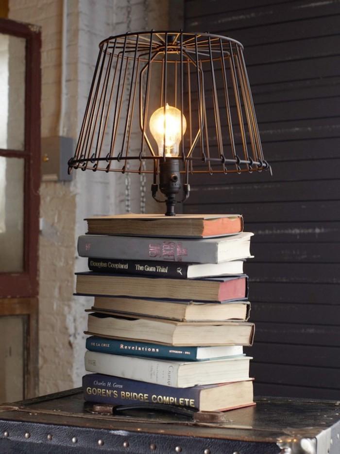 intérieur style industriel, lampe de chevet fait maison avec livres et ampoule