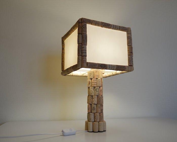 idée pour créer une lampe personnalisée, diy projet avec bouchons de liège et corde électrique