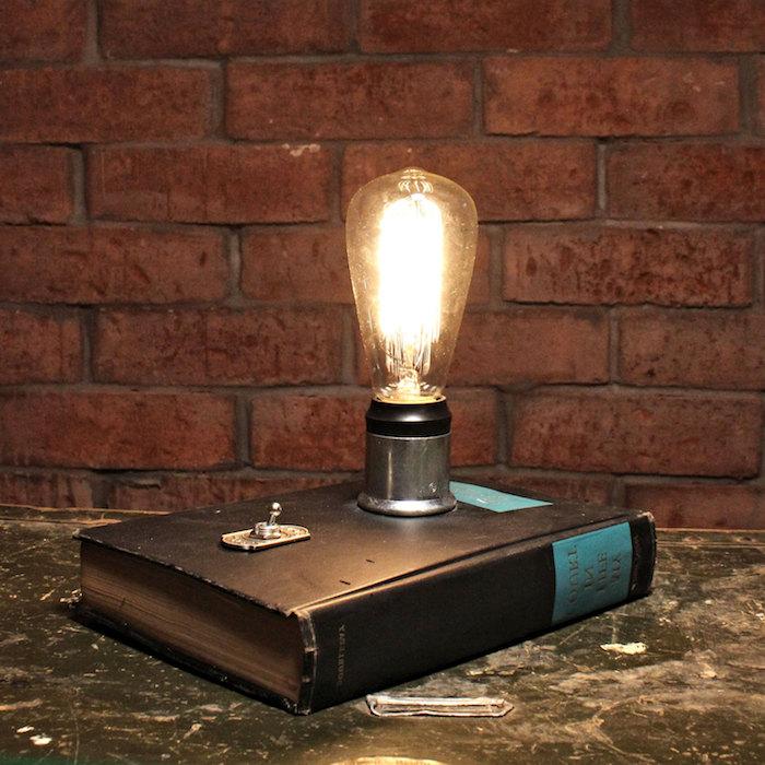 déco de chambre industrielle, murs à motifs briques, lampe livre avec ampoule électrique
