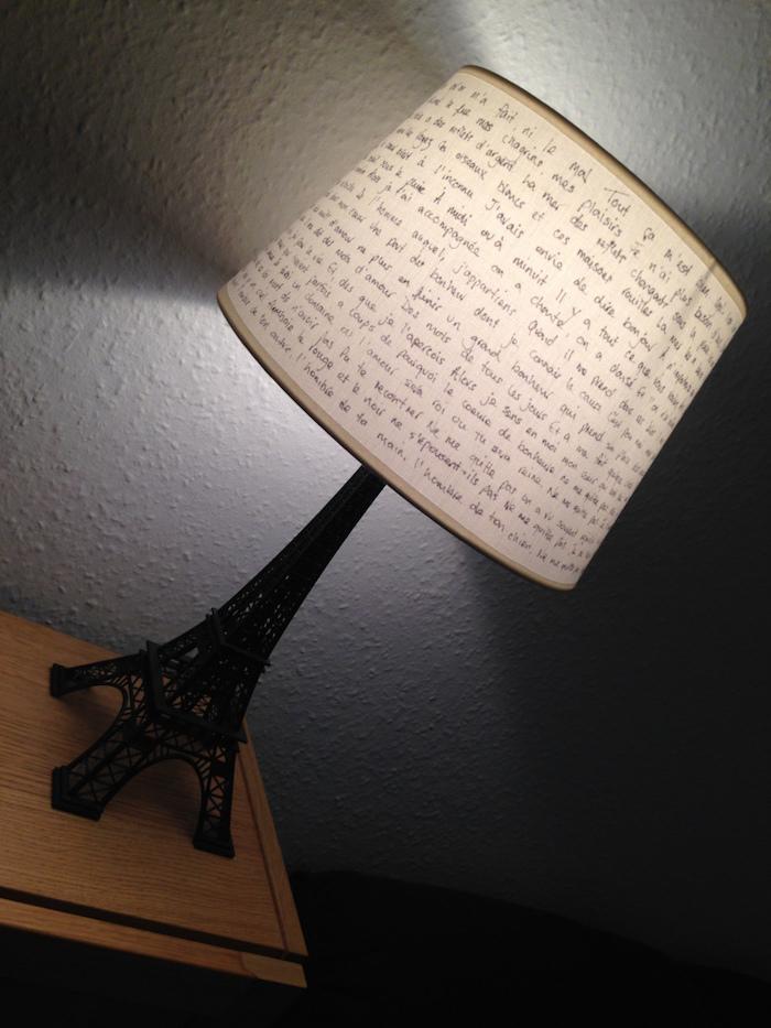 déco chambre à coucher, figurine noire de la tour eiffel, lampe de chevet avec citation inspirante