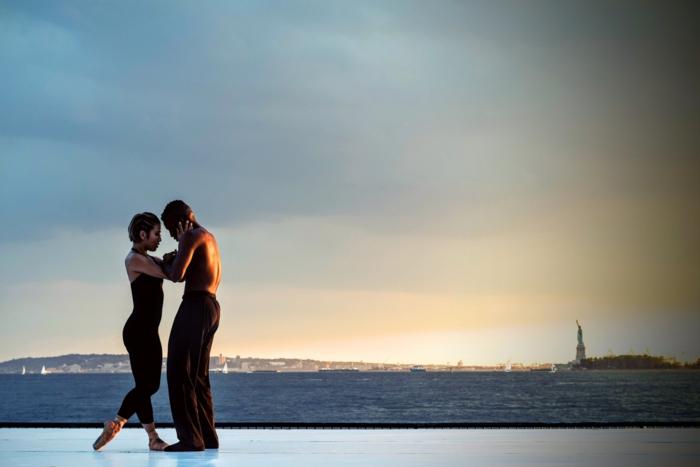 Jeune couple amoureux image sur l amour belles images d amour danser au bord de la mer new york