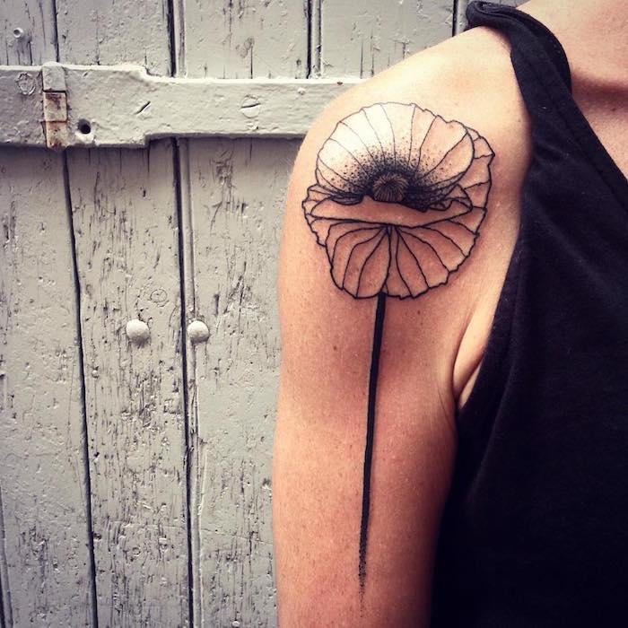 tattoo fleurs coquelicot epaule femme tatouage fleur noir et blanc, coquelicot noir et blanc tattoo