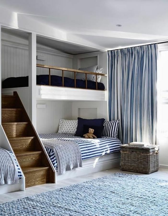 chambre d ado garçon en bleu avec des rideaux semi transparents en rayures bleues et blanches