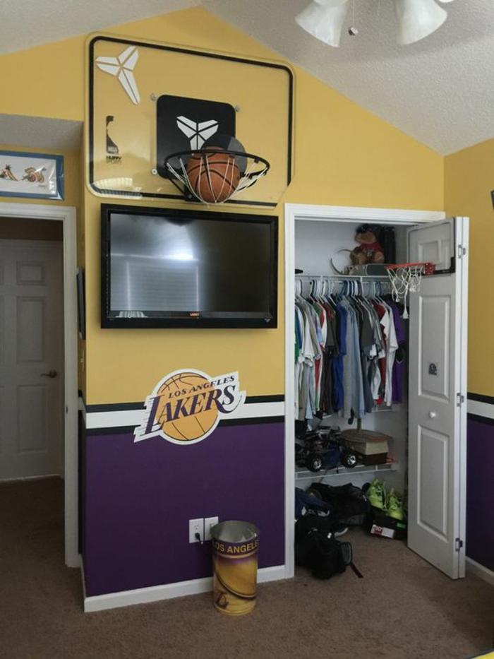 décoration chambre garçon thème Lakers avec installé gadget de basket intérieur en bleu beige et blanc