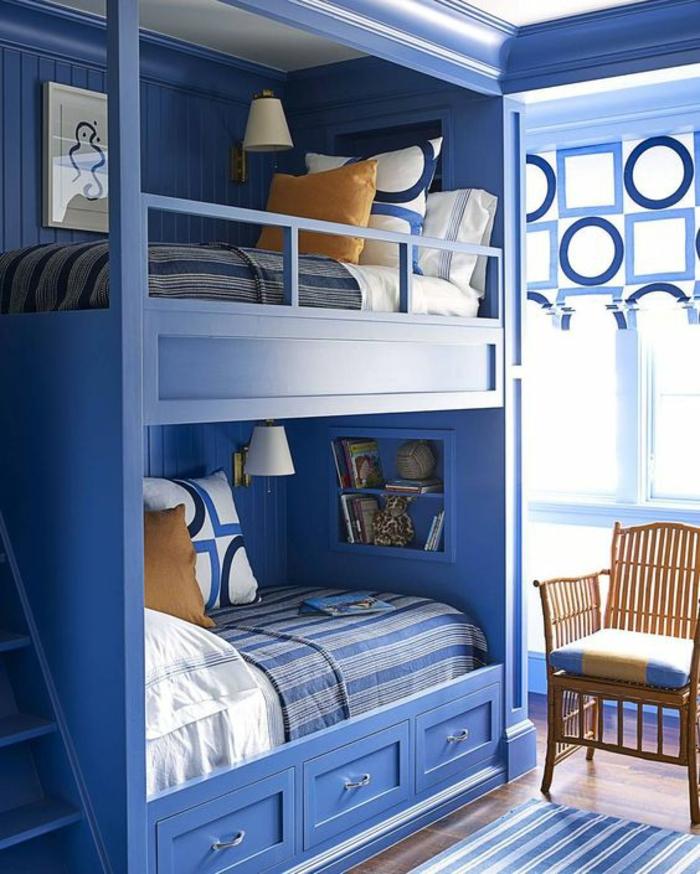 chambre ado avec des lits en bleu royal et des rideaux bleu royal aux motifs géométriques