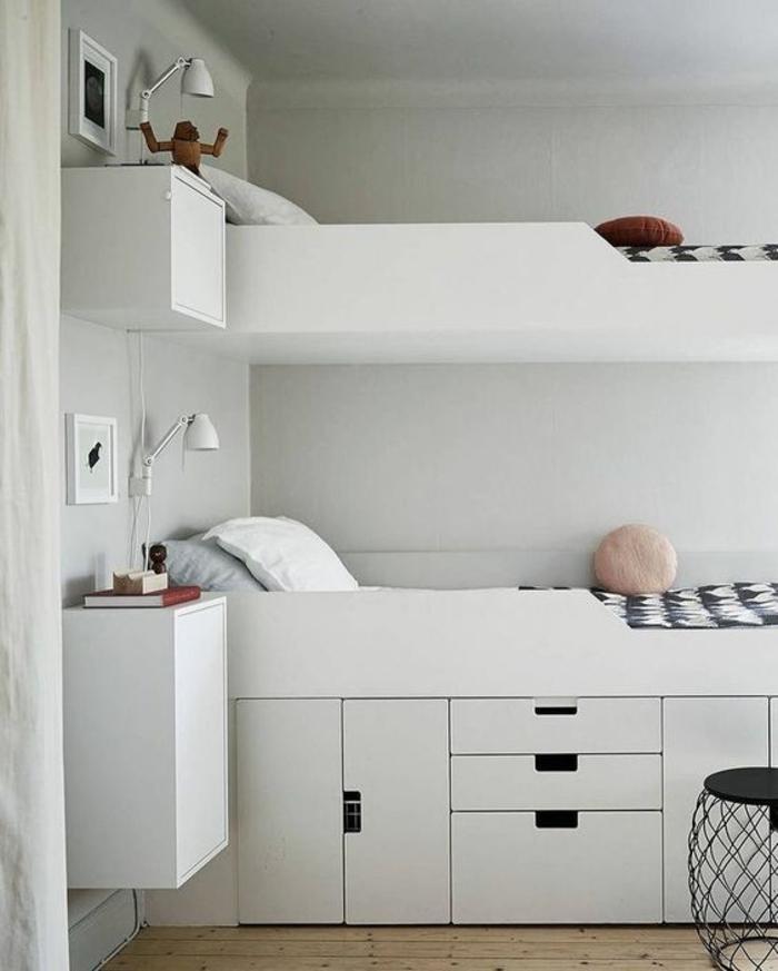 chambre garcon pour frères lits en blanc et sol en parquet bois clair et des meubles suspendus