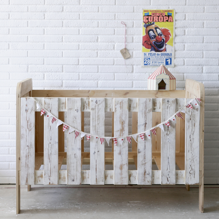 idée originale pour la chambre bébé scandinave, un lit d'enfant en bois recyclé, idee avec palette récupéré pour la chambre bébé moderne