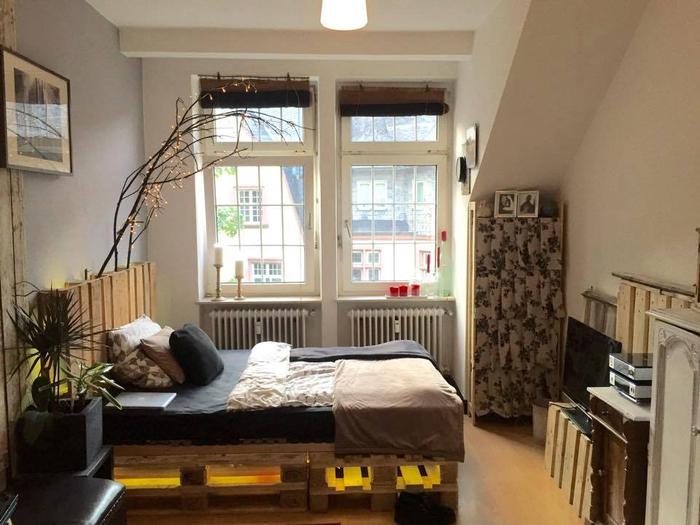 bricolage avec des palettes pour l intérieur, un lit palette led avec tête de lit assortie et éclairage doux et discret