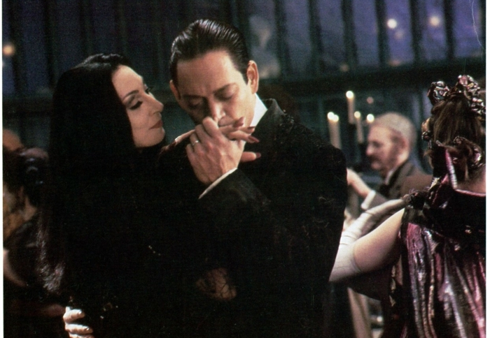 Image Morticia de la famille Addams belle femme gothique couple amoureuse de la famille addams
